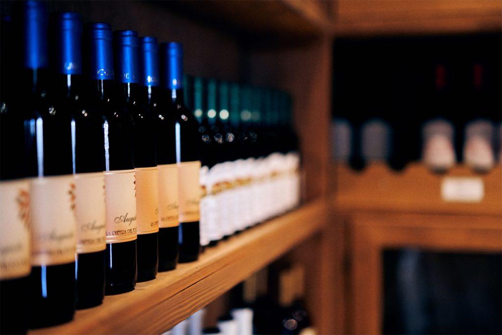 cantina con vini pregiati del ristorante L'Ibisco, ristorante ad Ameglia